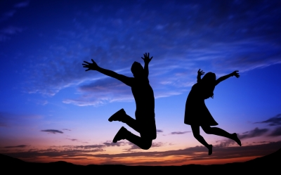silhouette-couple-jumping